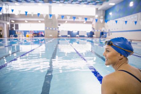 Woman at indoor swimming poolの写真素材 [FYI02303683]