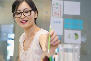 Businesswoman putting pencil in desk organizerの写真素材 [FYI02303684]