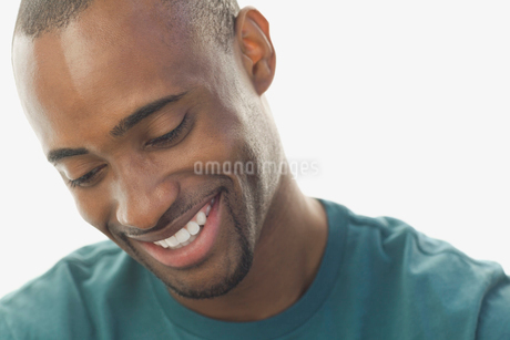 Close-up of man smiling against white backgroundの写真素材 [FYI02303897]