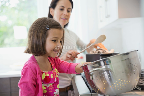 Mother and daughter cooking in kitchenの写真素材 [FYI02304044]