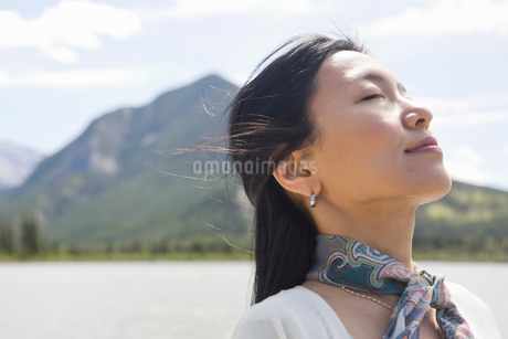 Mature woman enjoying the sunshineの写真素材 [FYI02304109]