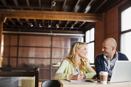 Entrepreneurs working in creative office spaceの写真素材 [FYI02304110]