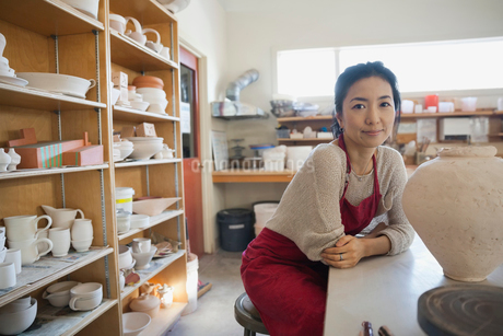 Portrait of confident female potter in studioの写真素材 [FYI02304177]