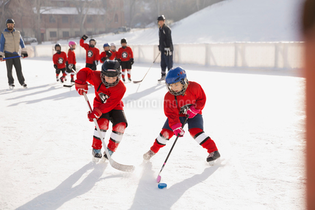 Young hockey players practicing on ice rinkの写真素材 [FYI02304202]