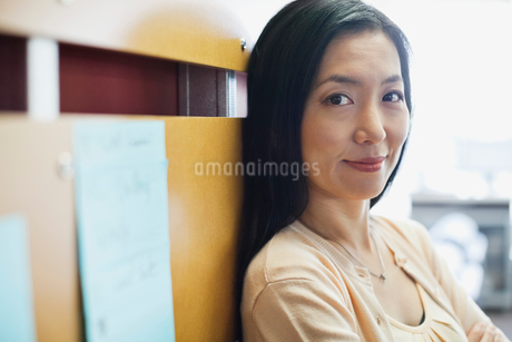 Portrait of businesswoman leaning against wallの写真素材 [FYI02304210]