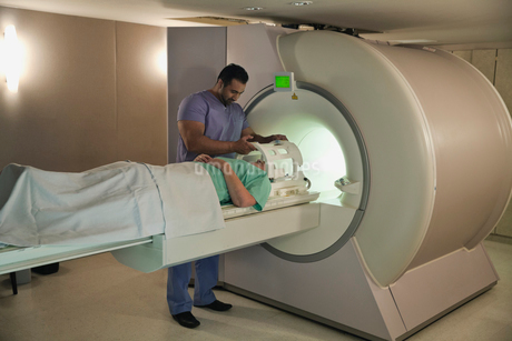 Male radiologist doing CT-Scan on female patient in hospitalの写真素材 [FYI02304243]