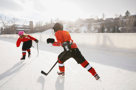 Ice hockey players skating on outdoor rinkの写真素材 [FYI02304251]