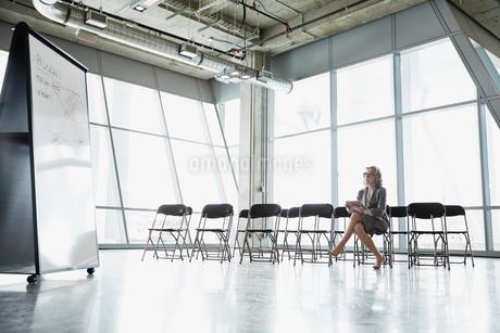 Businesswoman preparing presentation in office meeting roomの写真素材 [FYI02304397]