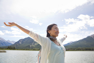 Carefree mature woman outdoorsの写真素材 [FYI02304447]