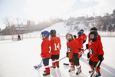 Ice hockey players on rinkの写真素材 [FYI02304492]