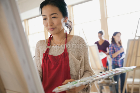 Woman painting in art classの写真素材 [FYI02304564]