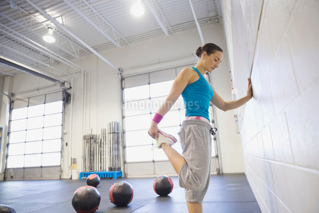 Woman stretching legs in gymの写真素材 [FYI02304726]