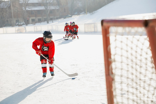 Ice hockey player practicing on rinkの写真素材 [FYI02304733]