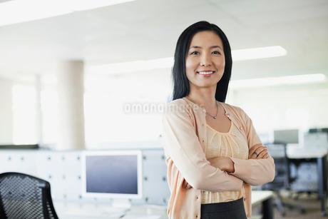 Portrait of businesswoman standing in officeの写真素材 [FYI02304938]