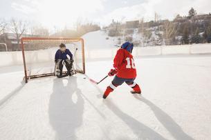 Ice hockey player shooting at netの写真素材 [FYI02305041]