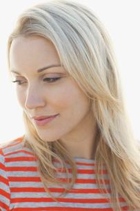 Close-up portrait of woman looking awayの写真素材 [FYI02305085]