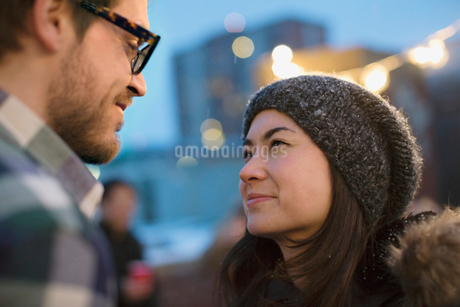 Couple on rooftop celebrating with friendsの写真素材 [FYI02305132]
