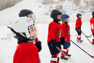 Ice hockey players on rinkの写真素材 [FYI02305255]