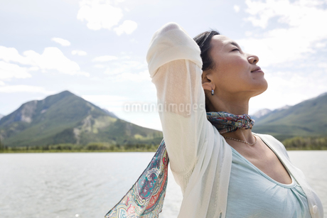 Mature woman enjoying the great outdoorsの写真素材 [FYI02305314]