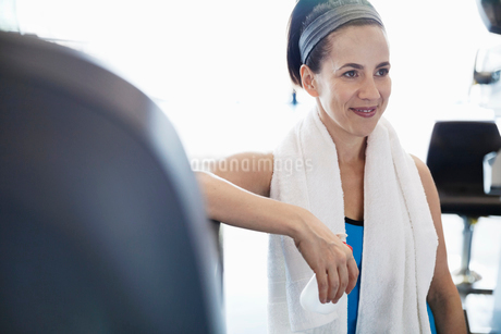 Woman with towel exercising in fitness centerの写真素材 [FYI02305394]