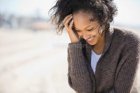 Shy woman standing on beachの写真素材 [FYI02305409]