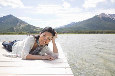 Portrait of mature woman relaxing on dockの写真素材 [FYI02305445]