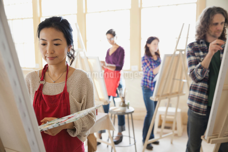 Female student painting in art classの写真素材 [FYI02305465]
