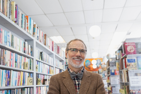 Portrait of confident bookstore ownerの写真素材 [FYI02305536]
