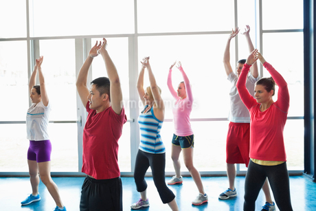 Group of people exercising in fitness classの写真素材 [FYI02305546]
