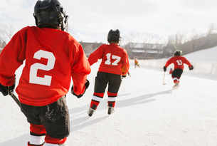 Rear view of ice hockey players training on rinkの写真素材 [FYI02305560]