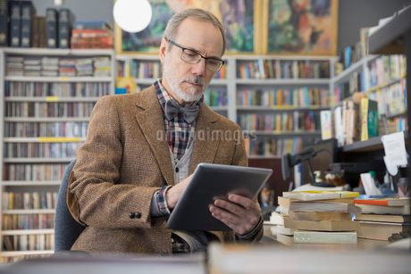 Bookstore owner using digital tabletの写真素材 [FYI02305572]