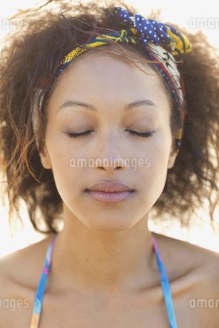 Close-up portrait of woman with eyes closedの写真素材 [FYI02305865]