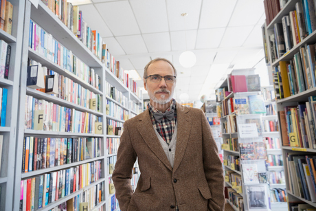 Portrait of serious bookstore ownerの写真素材 [FYI02305977]