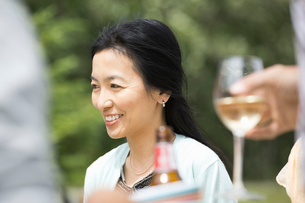 Mature woman smiling outdoorsの写真素材 [FYI02306016]