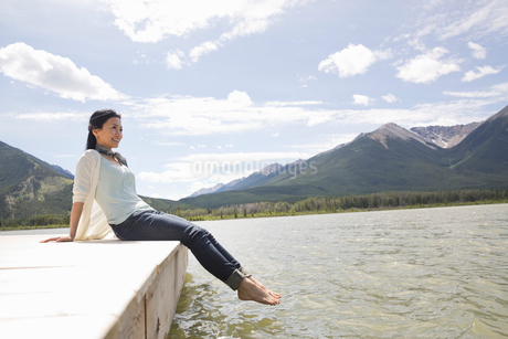 Mature woman enjoying the view from dockの写真素材 [FYI02306066]