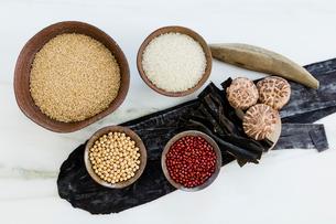 陶器の器に入った穀物と豆と海産物の写真素材 [FYI02306288]