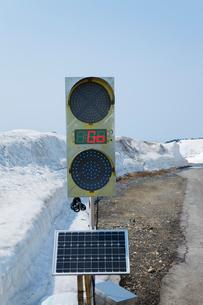 ソーラーバッテリーの信号機の写真素材 [FYI02306290]