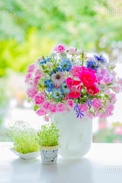 花瓶のミニバラとニゲラの花の写真素材 [FYI02306327]