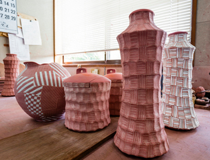 陶芸工房の釉薬をかけた素焼きの陶器の写真素材 [FYI02306329]