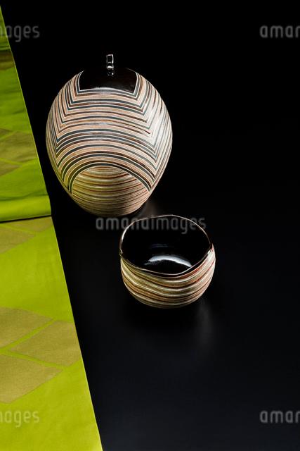 着物の帯と陶器の水指と抹茶茶碗の写真素材 [FYI02306331]
