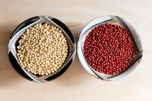 陶器の器に入った大豆と小豆の写真素材 [FYI02306339]