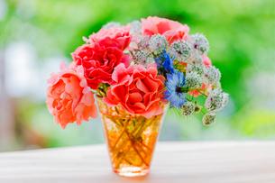 バラの花とニゲラの写真素材 [FYI02306362]