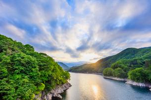 新緑の川俣湖の写真素材 [FYI02306435]
