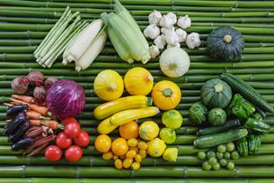 青竹の上の夏野菜の写真素材 [FYI02306437]
