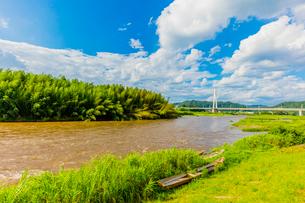 台風で増水した那珂川と木舟の写真素材 [FYI02306448]