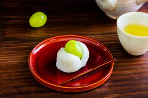 和菓子とブドウと日本茶の写真素材 [FYI02306475]