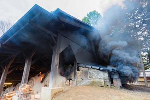 益子焼 登り窯の煙突から立ち上る煙と炎の写真素材 [FYI02306553]