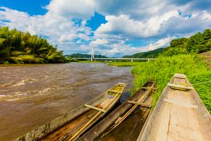 台風で増水した那珂川と木舟の写真素材 [FYI02306563]