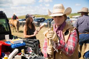 Female cattle rancher preparing injectionの写真素材 [FYI02306633]