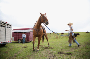 Cattle rancher with horseの写真素材 [FYI02306893]